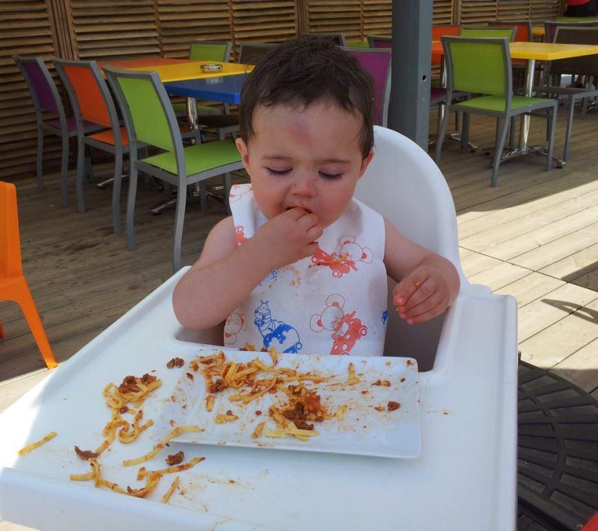 bambino mangia da solo ai pasti